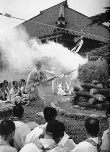 Le Grand Archevêque Miyagé Tainen exécutant une cérémonie du feu devant le monastère du Mt Sanjo pendant le pèlerinage annuel.