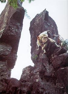 Pour tourner autour de la roche de l'égalité : Essai de la</p /> </p><p> faire le tour en varape pendant le pélerinage d'Omine