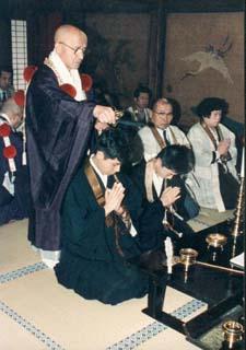 Cérémonie d'ordination de prêtre yamabushi par le Prince-Abbé : le révérend Kaku Monshu (devant) et le Grand Archevêque Miyagé (au fond) dans le temple Shogoin.