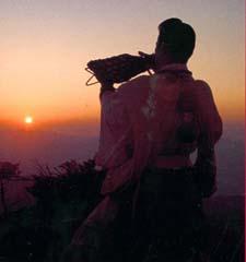 Yamabushi au sommet du Mt Sanjo soufflant dans la conque.