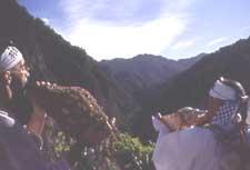 Sylvain et un yamabushi d'Haguro soufflant des mélodies secrètes avant de grimper le Mt Gassan.