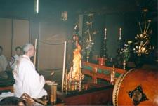 Sylvain exécutant une cérémonie du feu dans le temple Shogoin pour l'équipe nationale française de Kendo lors des championnats du monde en 1996.