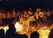 Sylvain marchant dans les flammes lors de la cérémonie du dieu du feu Akibasan du monastère Zempukuji de la ville de Nagoya.