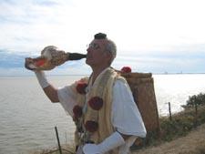 2003, Sylvain en France, soufflant dans la conque en direction des Etats-Unis sur la côte Atlantique.