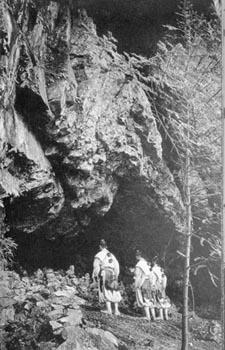 Les Yamabushi du temple Shogoin devant la caverne de Shô.